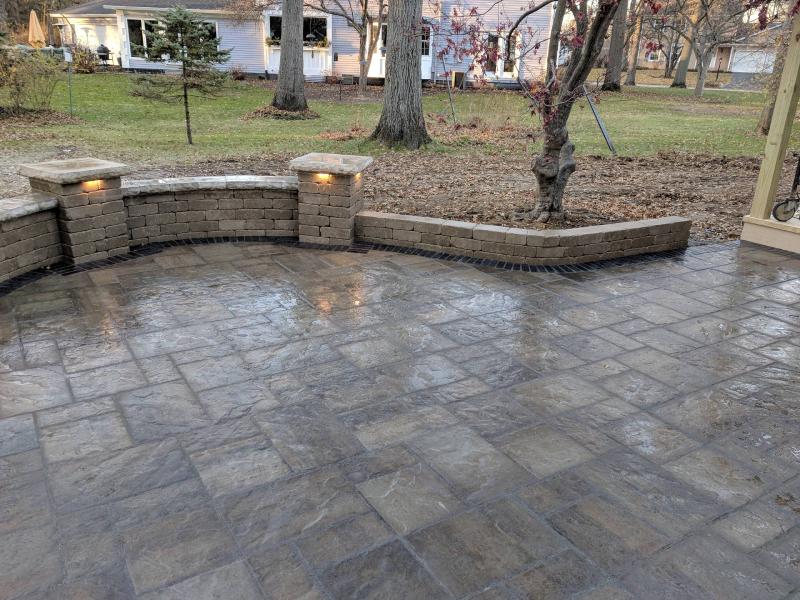 Sân vườn được làm từ bê tông áp khuôn