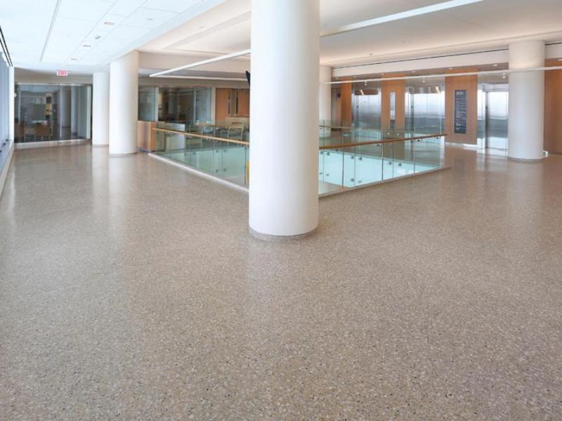 Sàn Terrazzo là một lựa chọn tuyệt vời để tạo ra một không gian tinh tế bên trong sảnh bệnh viện.