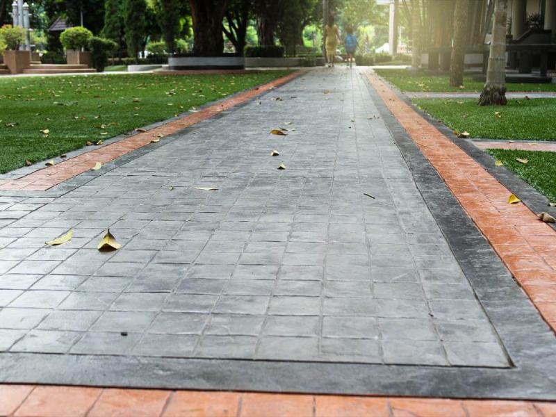 Vật liệu bền chắc như bê tông áp khuôn là lựa chọn phù hợp cho nhiều khuôn viên